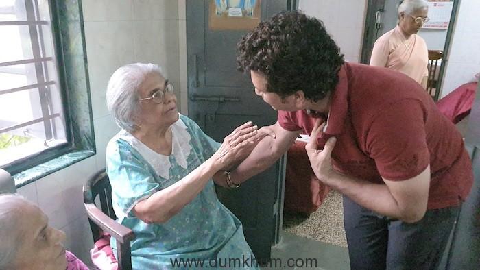 Sachin Tendulkar visited old age home-1