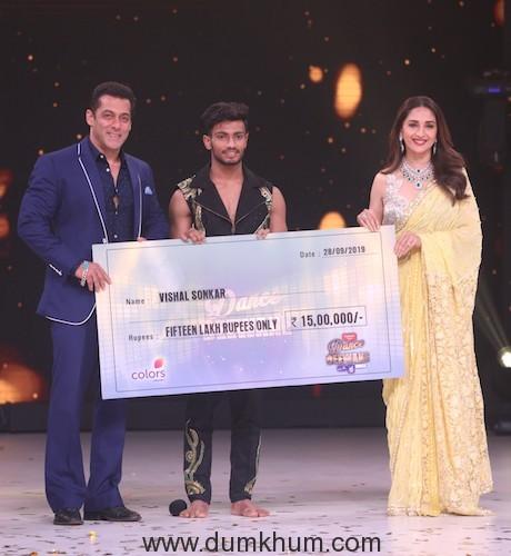 Salman Khan & Madhuri Dixit present the winner's trophy and cheque to Vishal Sonkar