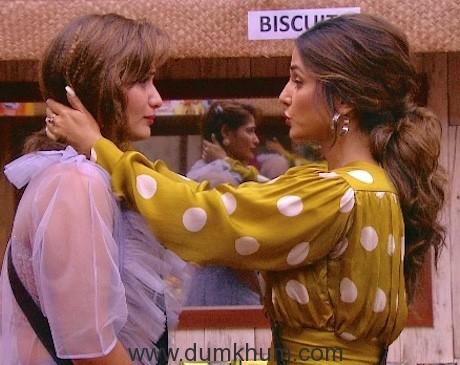 Hina Khan with Aarti Singh at Weekend Ka Vaar 01