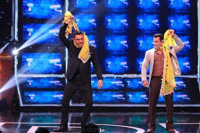 Salman Khan & Boman Irani take the Odhani challenge on Bigg Boss - Copy